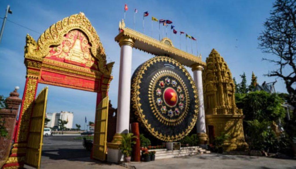 Phnon Penh cidade mais populosa e o principal centro financeiro, corporativo, econômico e político do Camboja