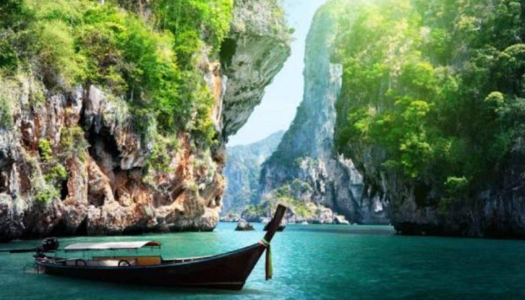 A Baía de Ha Long ou Baía de Alongues, com cerca de 1.969 ilhotas de calcário que se elevam das águas, é a mais conhecida baía do Vietname