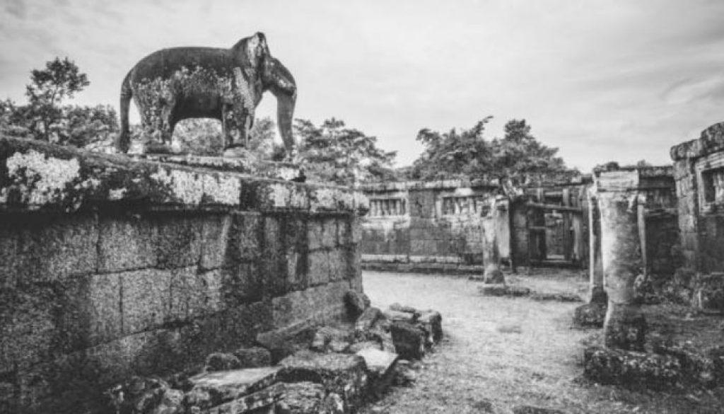 Angkor Wat é um templo situado 5,5 km a norte da cidade de Siem Reap, na província homônima do Camboja