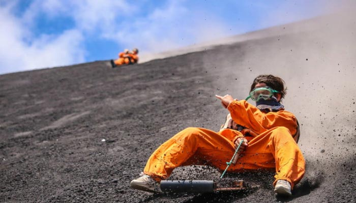 Surfando na Superficie do vulcão na Nicaragua