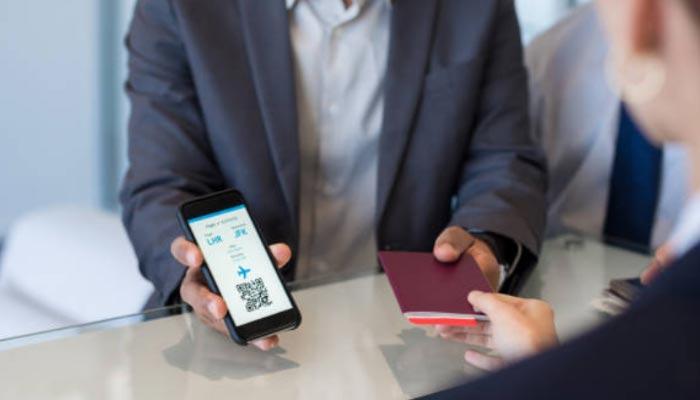 passageiro mostrando QR code e seu check-in feito pela internet