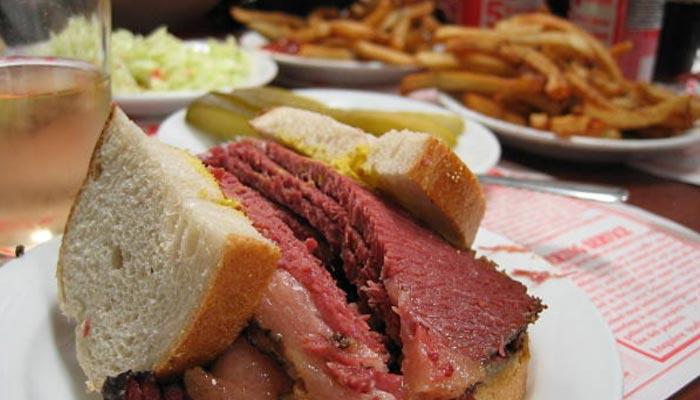 Comida tipica do canadá Montreal-Smoked-Meat