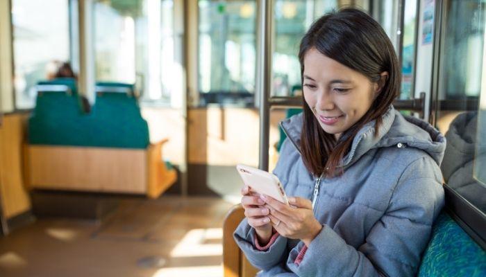 mulher sentada falando no celular