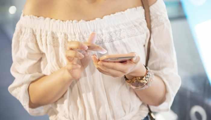 mulher teclando num celular