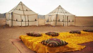 Dormir nas tendas no deserto do Marrocos