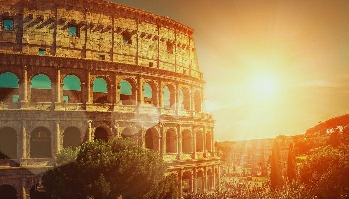 Coliseu possui formato cilíndrico que está localizado na capital da Itália, Roma