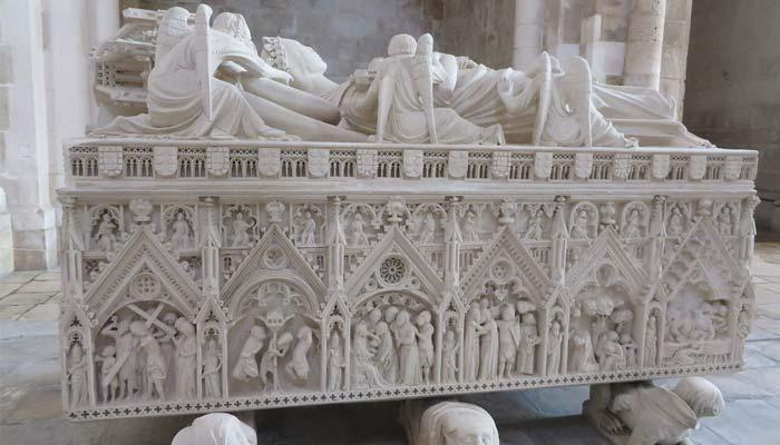 tumulo-de-Inês-de-Castro todo trabalhado com diversas imagens no Mosteiro de alcobaça