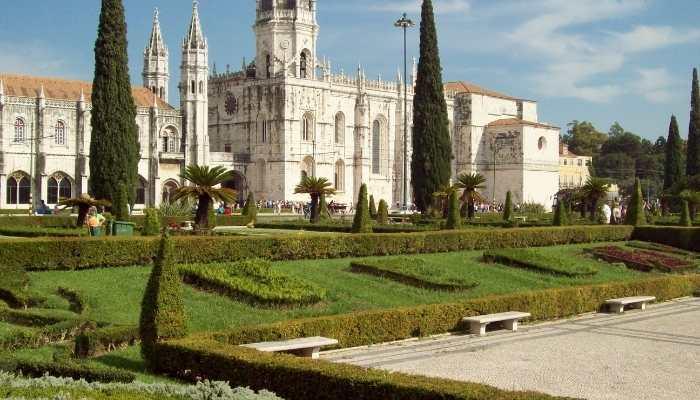 Mosteiro dos Jerônimos e seu lindo parque verde a frente